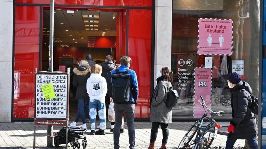 Grundsätzlich gilt für den Einzelhandel: Bei einer Sieben-Tage-Inzidenz von unter 50 dürfen alle Geschäfte öffnen. In einem Korridor von 50 bis 100 sind sogenannte