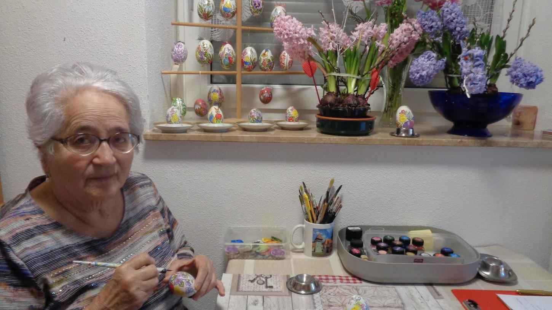 Keine Abziehbilder werden verwendet, wie manche vermuten, sondern jedes einzelne Ei wird handbemalt: Die 83-jährige Gerda Popa aus Guttenburg gestaltet Motive wie aus dem Bilderbuch.