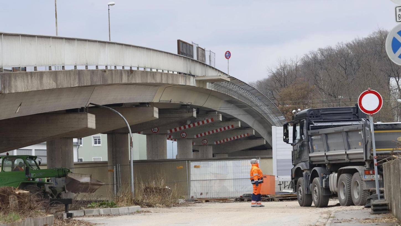 Noch tut sich wenig, doch in den nächsten Tagen sollen laut Deutscher Bahn die Arbeiten zum Aufbau einer provisorischen Fußgängerbrücke neben der Piastenbrücke beginnen. Erste Bäume an der künftigen Großbaustelle sind bereits gefällt worden.