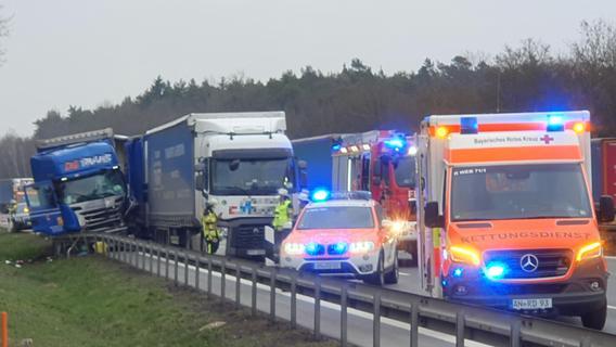 A6 bei Ansbach: Drei Lkws stoßen zusammen - ein Fahrer verletzt
