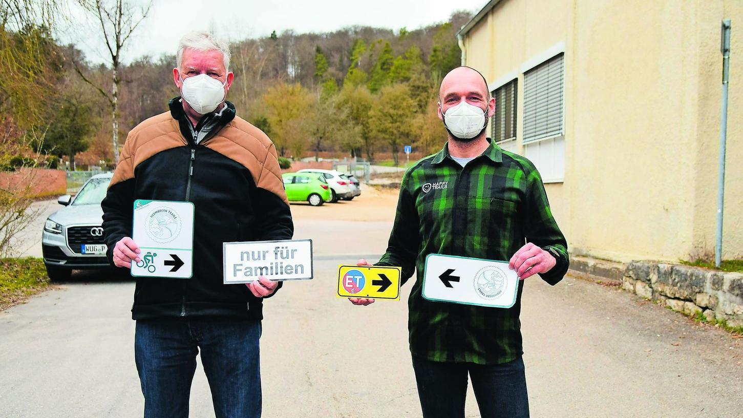 Hubert Stanka und Robert Rieger mit einigen der neuen Hinweisschilder, die die Mountainbiker weg von der Uhlbergstraße zu den weiter von den Heumöderntrails entfernten Parkplätzen leiten und deren Vorzüge sichtbar machen sollen.