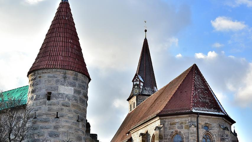 """Effeltrich ist ein beliebtes Ausflugsziel und auch für seine Trachten und Brauchtumspflege mit Winteraustreiben der """"Fosaleggn"""" oder dem Georgiritt bekannt. Mittelpunkt des Ortes bilden die Ende des 15. Jahrhunderts erbaute Wehrkirche St. Georg mit vielen sakralen Kunstwerken und die Tanzlinde."""