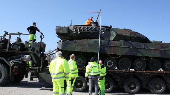 Begleiter für Schwertransporte: Wenn Panzer zum Üben anrücken