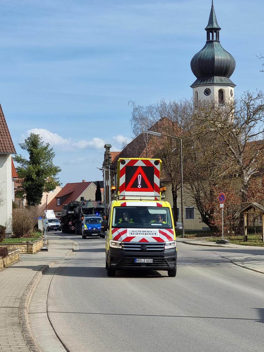 FOTO: 25.3.2021; Uli Gruber MOTIV: Schwertransport rollt durch Dittenheim; Schulung für Begleiter von  Schwertransporten