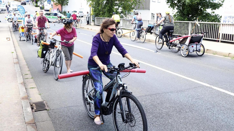 Im Sommer 2019 hatte der ADFC bei einer Demonstration auf der Piastenbrücke für fahrradfreundlichere und sicherere Wege auf den Straßen der Stadt geworben. Die Schwimmnudeln zeigen, wie viel Sicherheitsabstand Autos halten sollten.