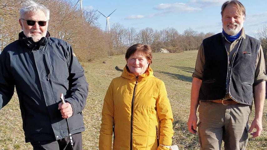 Grünen-Kreisvorsitzende Gabriele Bayer, Kreisrat und Förster Arno Klappenberger sowie Schriftführer Manfred Hermann haben den viel diskutierten Hohlweg am Winnberg in Augenschein genommen.