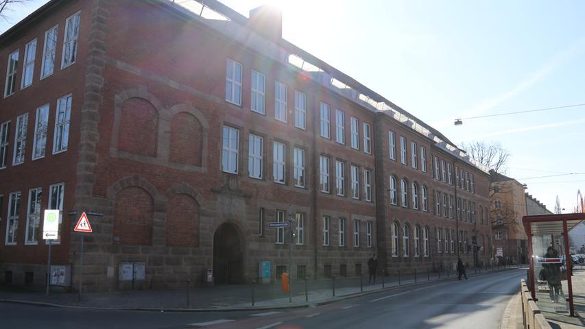 Das Pirckheimer-Gymnasium (PGN) ist ein staatliches sprachliches und naturwissenschaftliches Gymnasium und wurde 1968 gegründet. 1974 gliederte man dem unter Denkmalschutz stehenden Altbautrakt in Gibitzenhof einen Nord- und einen Südflügel an.Zur Homepage des Pirchkheimer-Gymnasiums.