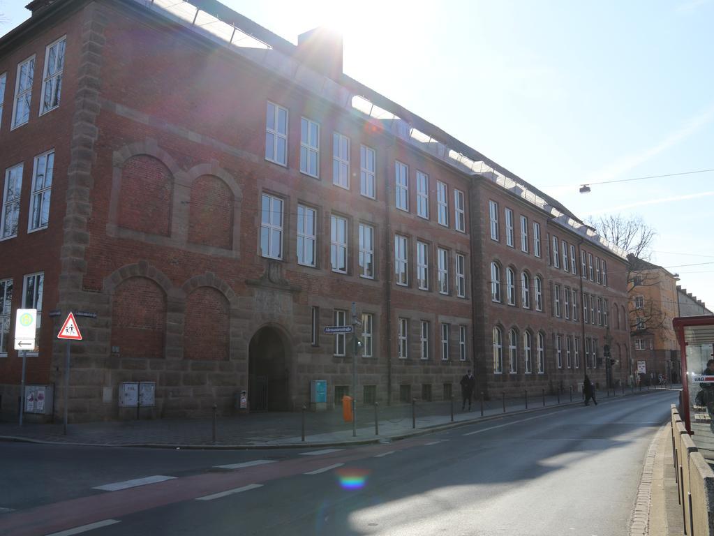 FOTO: Lea Mayer (nordbay.-Praktik.); 2/2018...MOTIV: Nürnberg; Außenansicht Pirckheimer-Gymnasium , Gibitzenhofstraße 151