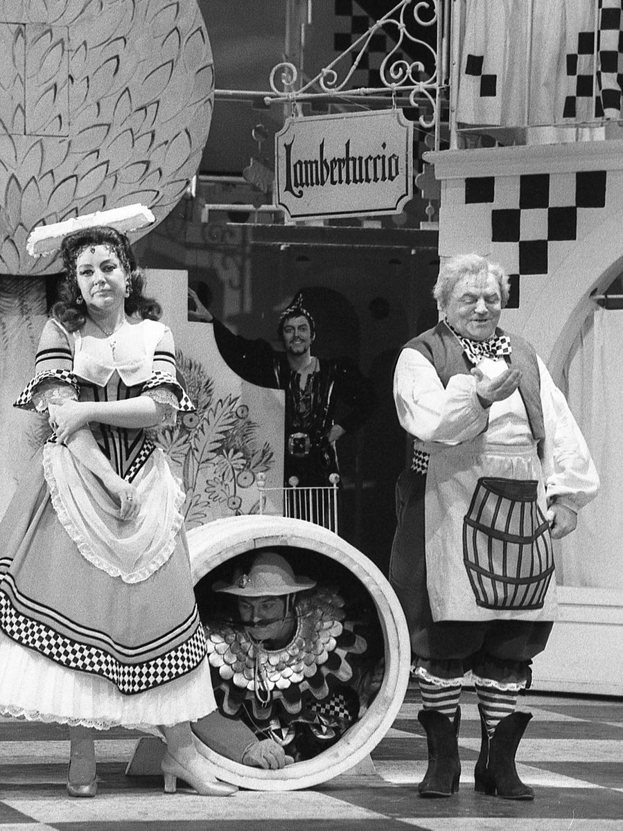 """Wenn Nürnbergs Musiktheater über seine Verhältnisse lebt, lebt es am besten.Mit Gästen am Regiepult, an der Schnürbodenmaschinerie, im Schneidersaal und im Orchestergraben ersetzte eine Neuinszenierung von Suppés """"Boccacio"""" fast die Fahrt zum Münchner Gärtnerplatztheater. Hier geht es zum Kalenderblatt vom28. März 1971: Getändel mit Geschmack"""