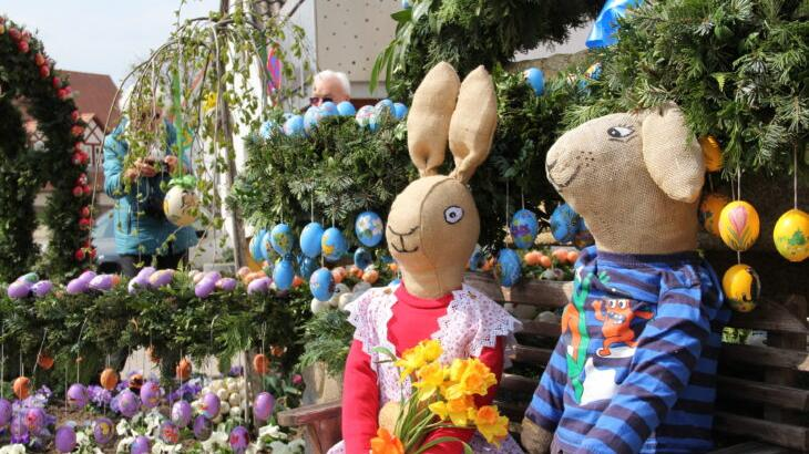 Vor zwei Jahren zog der reich geschmückte Osterbrunnen in Leinburg zahlreiche Besucher an. Dieses Ostern bleibt er wegen der Pandemie schon das zweite Jahr in Folge ohne Eierschmuck.
