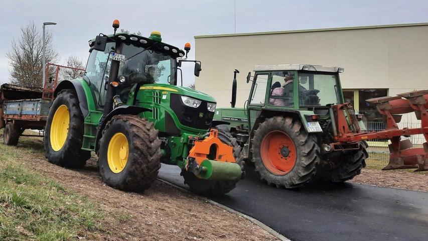 Landwirte aus der Nachbarschaft der Villa Regenbogen haben mit ihren Traktoren den Acker an der Kita bereits vorbereitet.