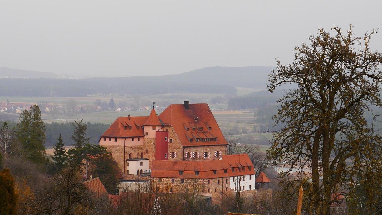 Von Theilenberg aus eröffnet sich ein herrlicher Blick in die Landschaft, die bei dieser Pilgeretappe durchwandert wurde. Das Bild wird beherrscht von der im Vordergrund thronenden Burg Wernfels.