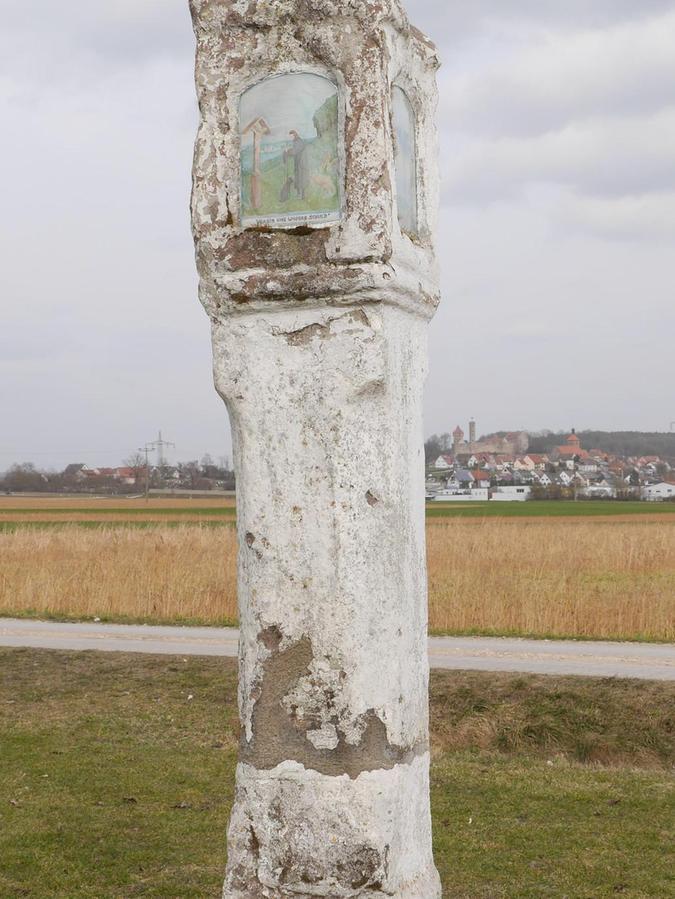 Die weiße Säule ist ein Flurdenkmal zwischen Abenberg und Dürrenmungenau.