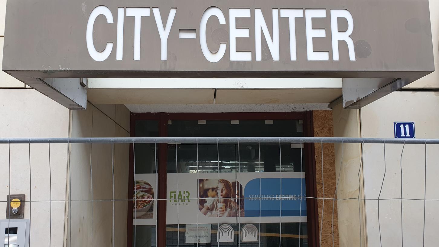 Zeichen des Wandels: An den Zugängen zum ehemaligen City-Center wird schon das künftige Flair angekündigt.