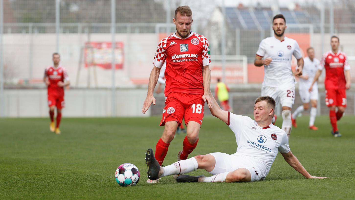 Beim 2:2 in Mainz packte Pius Krätschmer - wie hier gegen Daniel Brosinski -auch schon mal ganz rustikal die Grätsche aus.