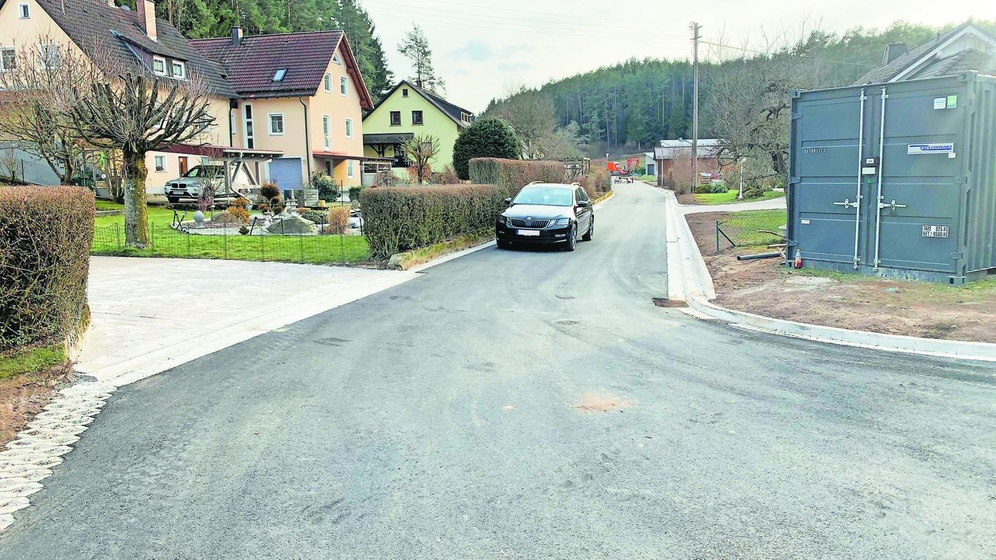 Die Straße Hasengraben in Kühlenfels wurde nun von der Firma Tauber Bau aus Nürnberg fertiggestellt. In den vergangenen Wochen wurde nun die zweite Hälfte angegangen. Damit konnte die Maßnahme vor dem 1. April abgeschlossen werden.