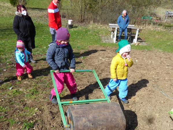 Kleine Gärtner, große Walze: Auch in Möhren machten sich Familien aus dem Gartenbauverein ans Anlegen der neuen Blühwiesen.