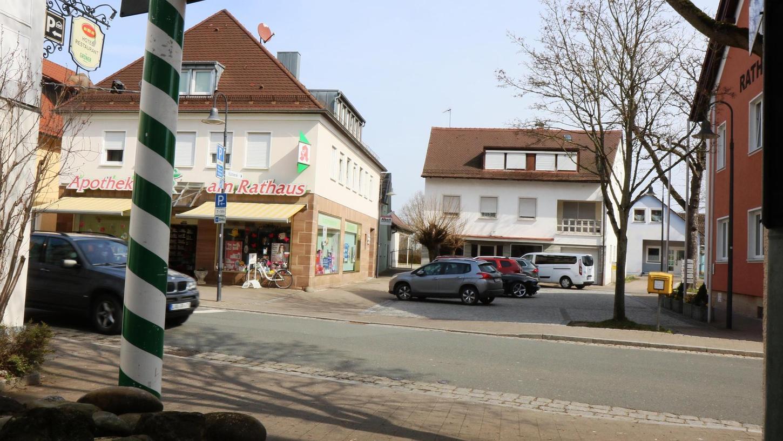 Rund ums Rathaus (links im Bild) wird sich in Adelsdorf viel verändern. Die Gemeinde ist auf der Suche nach einem Investor.