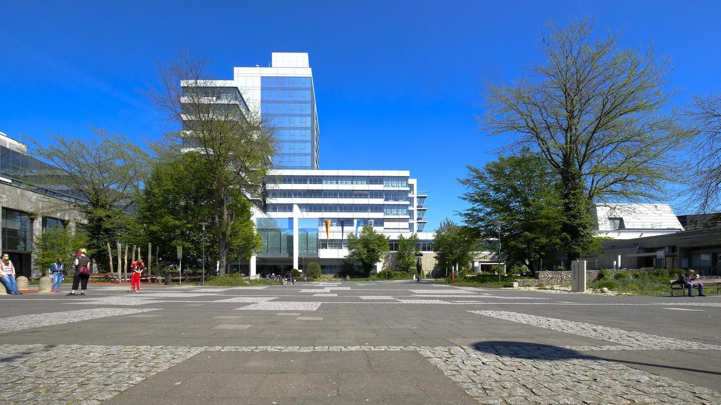 Nach wie vor sind viele Fragen bezüglich der Durchsuchung der Räumlichkeiten der Grünen-Stadtratsfraktion im Erlanger Rathaus offen.