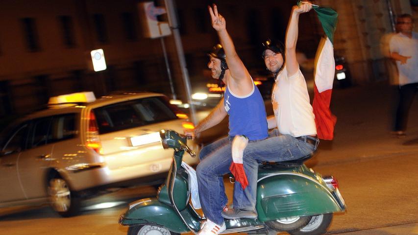 Italienische Fußballfans feiern einen Sieg ihrer Mannschaft - auf einer Vespa.