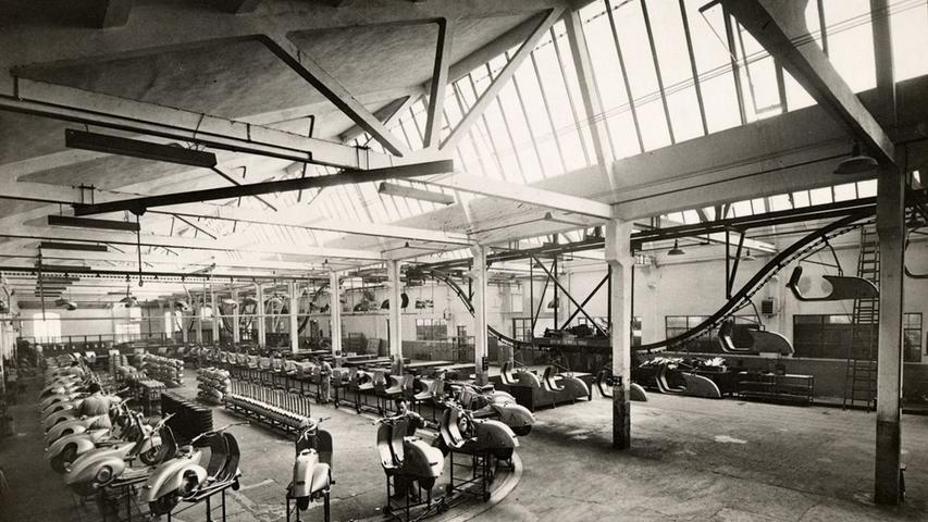 Vespa Roller stehen in der Aufnahme von 1950 in der Vespa-Fabrik in Pontedera in Italien. Am 23. April 1945wurde das Patent für den Motorroller angemeldet. Die erste Vespa kam vor 75Jahren in Italien auf den Markt.