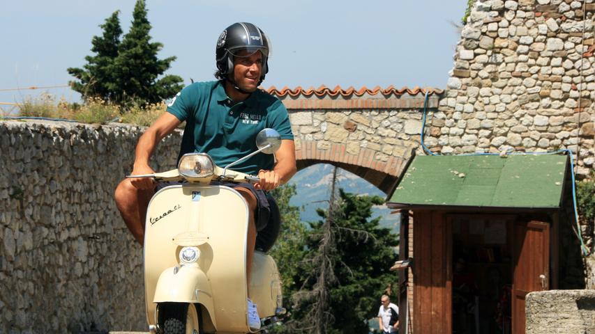 Mit der alten Vespa übers Land - Fußballer Luca Toni bei einer Tour ins Hinterland von Rimini.