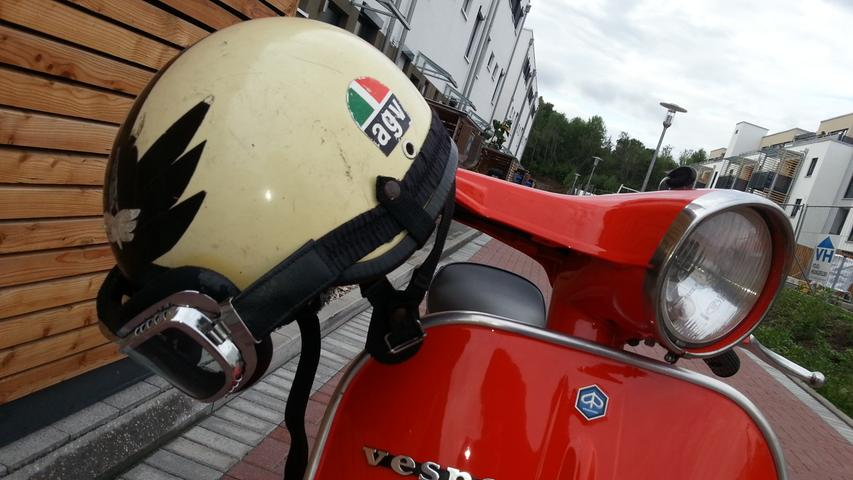 Eine Vespa ET3 mit 125ccm und passendem Helm.