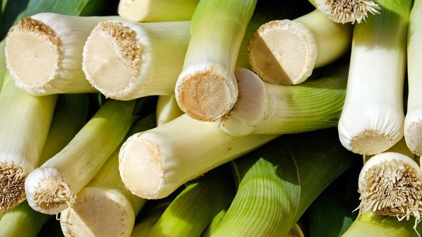 Lauchist eine sehr gute Vitamin-C-Quelle, enthält Folsäure, reichlich Ballaststoffe und mehr Eiweiß als Zwiebeln.