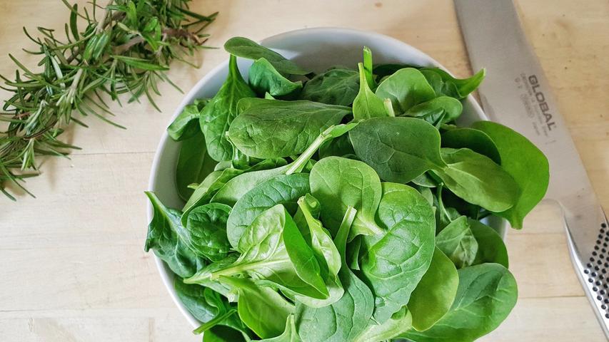 Spinatist ein kalorienarmes Gemüse, das reich an den Vitaminen der B-Gruppe sowie Vitamin C ist, außerdem hat er einen hohen Beta-Carotin-Gehalt.