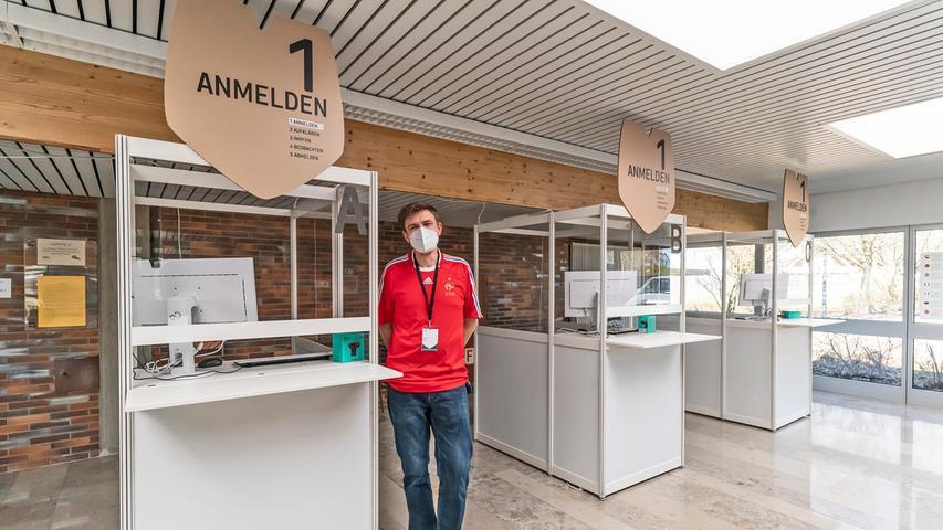 In der Schulturnhalle sind bereits die verschiedenen Impfstationen aufgebaut; Planer Daniel Simic und sein Team arbeiten mit Hochdruck an der Fertigstellung des Impfzentrums, das nach Ostern 2021 seine Arbeit aufnehmen soll.