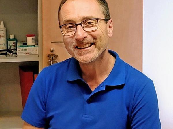 Dr. Peter Löw leitet seit 2003 eine Hausarztpraxis in Treuchtlingen und ist Facharzt für Innere Medizin. Zudem ist er seit dem Beginn der Corona-Pandemie innerhalb der Führungsgruppe Katastrophenschutz als Koordinierungsarzt tätig. Für ihn ist der Impfvorgang an sich nichts Neues: er hat in einem mobilen Impfteam schon an die 3000 Personen im Landkreis geimpft.