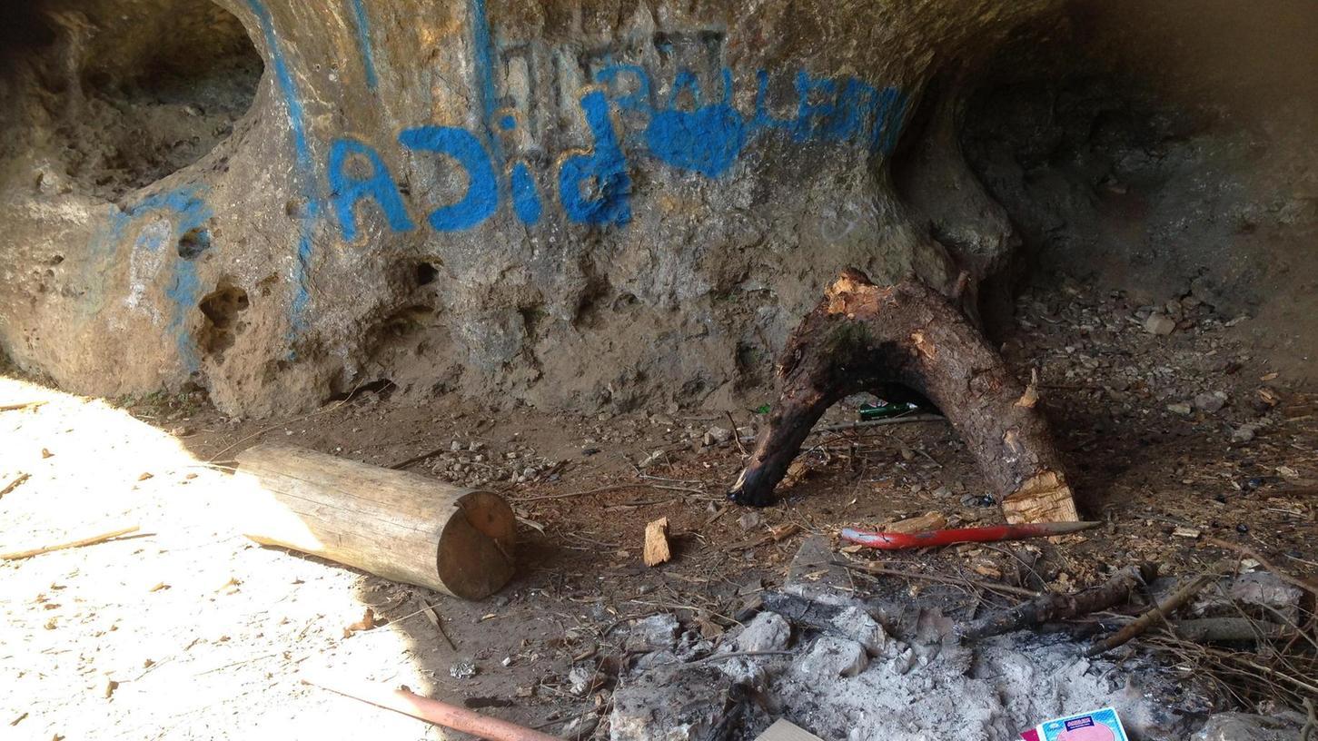 Schmierereien, verbranntes Holz und Müll verunstalten eine Höhle im Felsländl bei Auerbach/Saaß. Die örtliche BN-Vorsitzende möchte dagegen jetzt mit Helfern frühzeitig einschreiten.