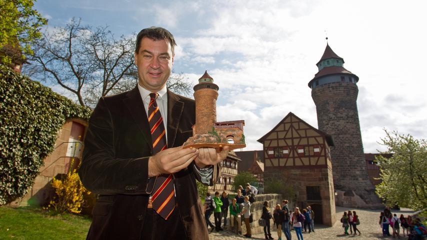 Markus Söder ist gebürtiger Nürnberger, er wuchs im Stadtteil Schweinau auf. Seine bereits verstorbenen Eltern betrieben ein Baugeschäft. Seine Heimatstadt voranzubringen hatte sich Söder schon sehr früh zum Ziel gesetzt.