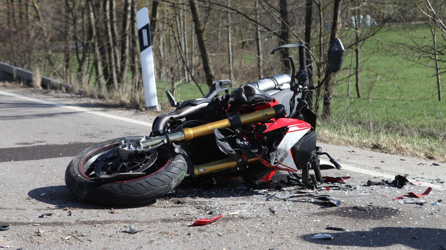 Motorradfahrer prallt gegen Traktor: 20-Jähriger schwer verletzt