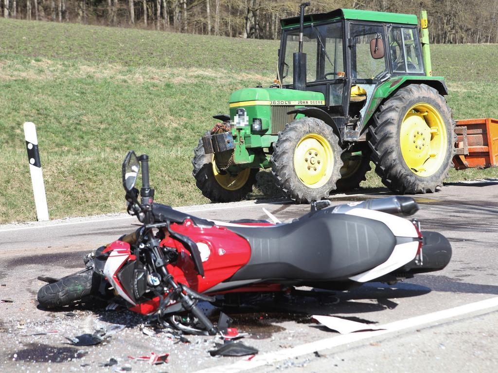 Redaktioneller Hinweis: Privatpersonen bitte pixeln!Zur Kollision zwischen einem Traktor und einem Motorrad kam es am Dienstag (30.03.2021) zwischen Weihenzell und Frankendorf im Landkreis Ansbach. Laut ersten Informationen wollte ein Traktorfahrer auf halber Höhe der Strecke nach links in einen Feldweg einbiegen. Zuvor war das Fahrzeug bereits von einem Motorrad überholt worden. Beim Abbiegevorgang krachte ein weiteres Motorrad seitlich in den Traktor. Der Biker wurde bei der Kollision schwer verletzt und kam mit dem Rettungshubschrauber in ein Krankenhaus. Der Traktorfahrer blieb unverletzt. Ein Gutachter kommt an die Unfallstelle. Foto: NEWS5 / Haag Weitere Informationen... https://www.news5.de/news/news/read/20503