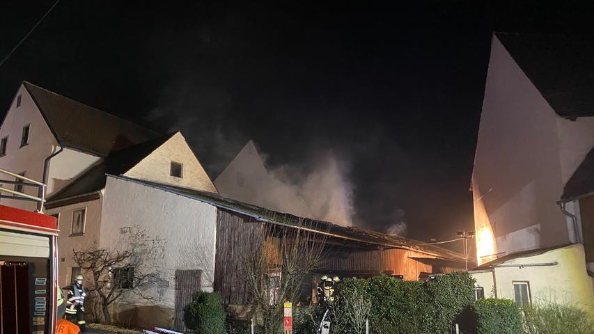 Zu einem Brand in einer Schreinerei kam es am Dienstagabend (30.03.2021) in Volkersdorf bei Wachenroth im LandkreisLandkreis Erlangen-Höchstadt. Wie das Feuer ausbrach ist derzeit noch völlig unklar. Die Feuerwehr kämpfte damit, dass die Flammen nicht weiter auf ein daneben stehendes Wohnhaus übergriffen. Über Verletzte gibt es derzeit noch keine Informationen. Foto: NEWS5 / Merzbach Weitere Informationen... https://www.news5.de/news/news/read/20509