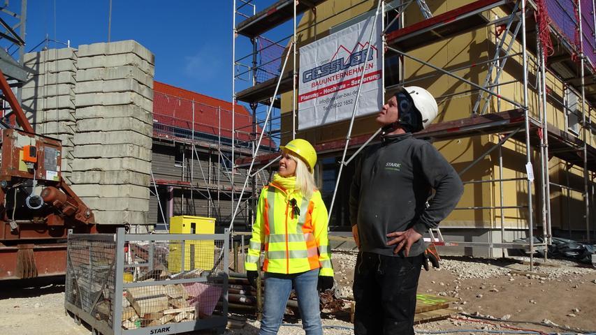 Der Blick geht nach oben: Bauherrin Almut Böker und der Kapo der Baustelle, Philip Hußlein, freuen sich über den reibungslosen Verlauf der gewaltigen Projektes.