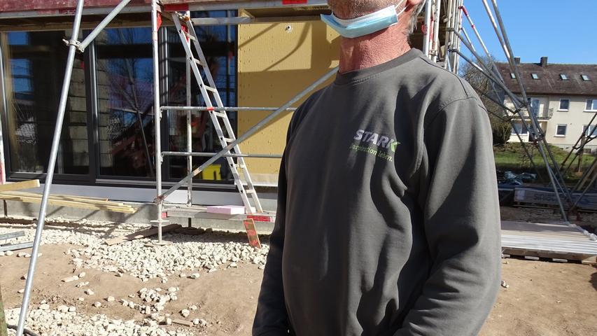 Der Herr des Joysticks: Andreas Wurm. Seine ruhige Hand, sein geschärfter Blick sind die Voraussetzungen, um die Dachteile sicher von A nach B zu bringen.