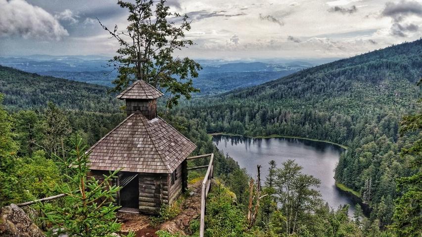 An einer Felsenkanzel geht es vorbei zum Rachelsee und hinauf zur Rachelkapelle.Vor einigen Jahren war der Rachel, mit 1453 Metern der höchste Berg im Nationalpark, als beliebtester Berg Deutschlands ausgezeichnet worden.