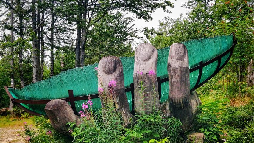 Die Glasarche ist ein fünf Meter langesGlasschiff, getragen von einer Holzhand. Es ad soll auf die Bedeutung der Waldes als Glasregion verweisen.