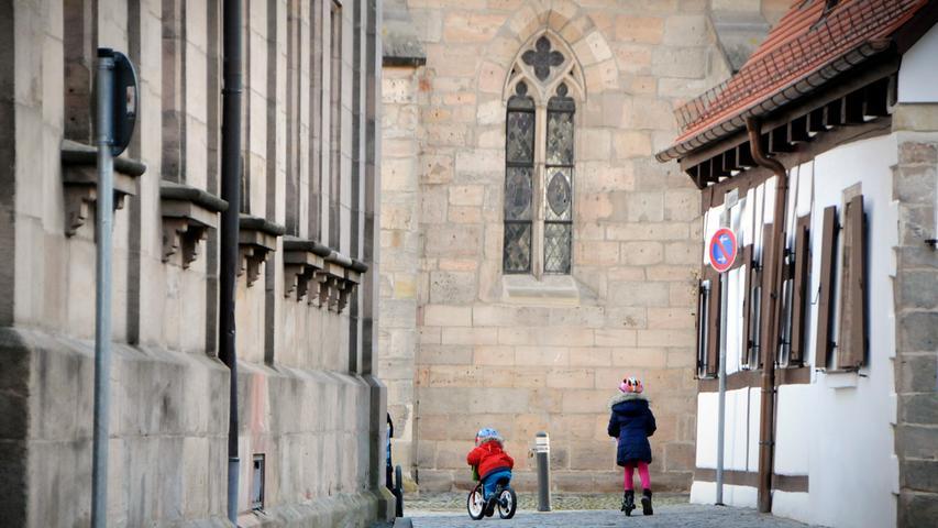 Durch die Engelgasse geht es auf den Kirchenplatz (hinten St. Magdalena).
