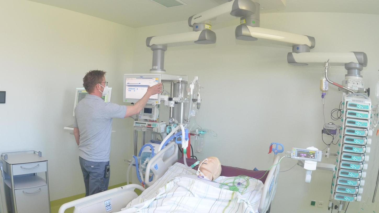 Testlauf mit Dummy: Medizintechniker Johannes Kachelrieß in einem Zimmer der neuen Intensivstation.