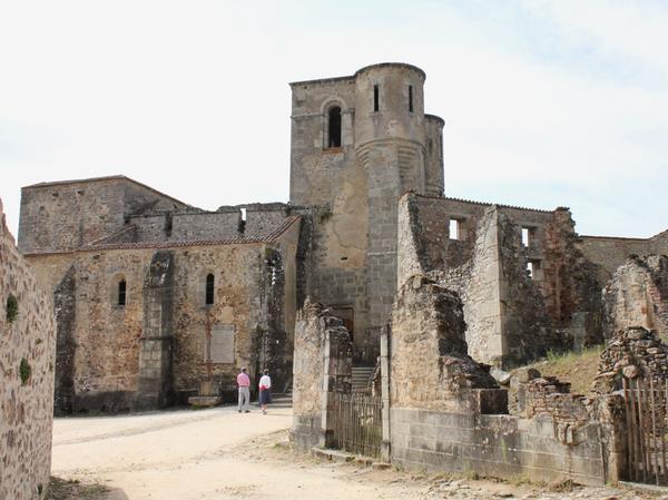 254 Frauen und 207 Kinder sperrte man in der Kirche ein und setzte diese in Brand. Die Eingesperrten verbrannten bei lebendigem Leib. Nur einer einzigen Frau gelang es noch, dem Inferno durch ein Fenster zu entkommen.