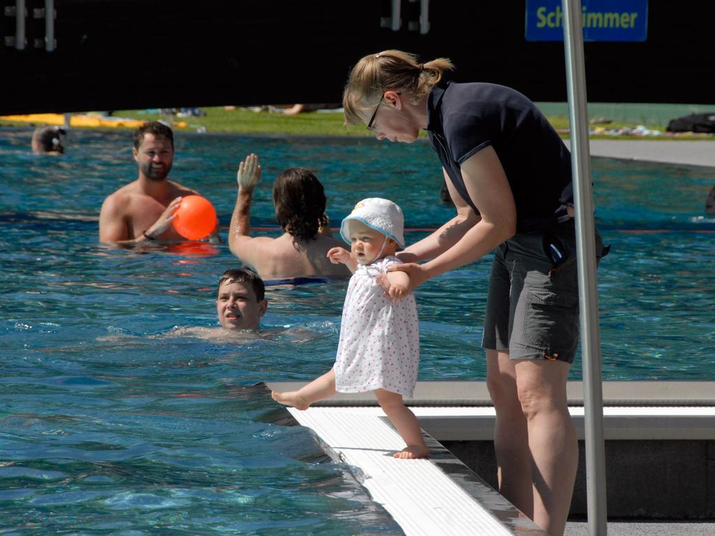 Foto: Matthias Kronau Motiv: Jenni, 10 Monate, würde schon gerne baden gegen, aber Mama Tanja hat noch was dagegen. Freibad Herzogenaurach 17.05.2017