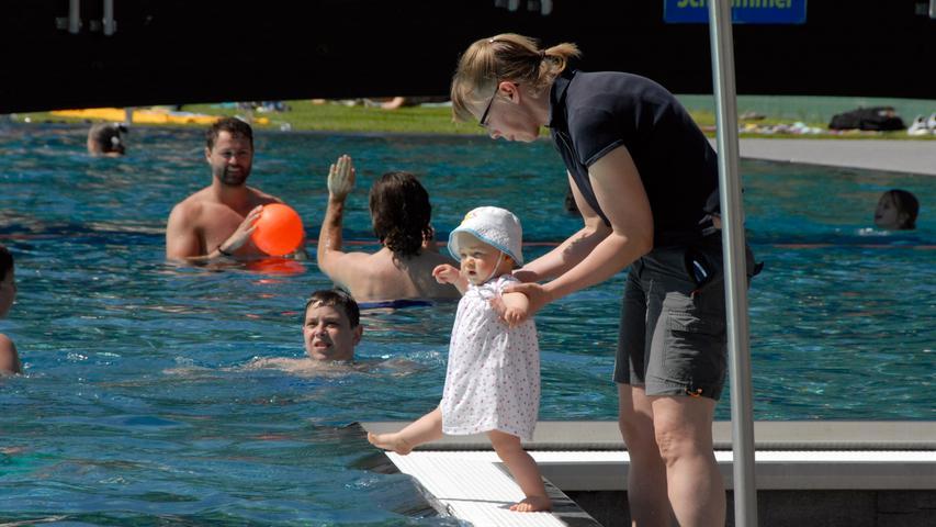 Auf ins Wasser; marsch: Das Herzogenauracher Freibad liegt gerade so am Rande unseres 300-Meter-Radius um den Georgsbrunnen. Ein beliebter Freizeitort.