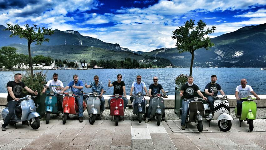 Fränkische Vespafahrer am Ziel ihrer alljährlichen Juli-Ausfahrt - hier ein Trip über Südtirol bis an den Gardasee.