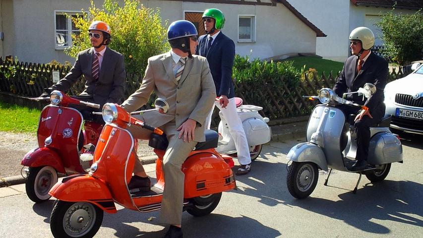 Vespafahrer als Eskorte bei einer Hochzeit in Franken.