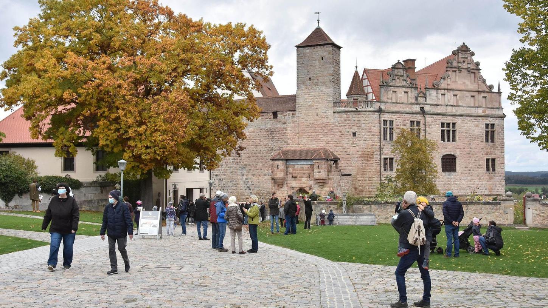 Die Hohenzollern liefern das Thema für den Wanderweg. Zeitweise war die Cadolzburg das fränkische Zentrum des Adelsgeschlechts. Doch nicht nur an der Veste selbst begegnen die Wanderer der erfogreichen Dynastie, auch in Roßtal und Langenzenn hinterließ sie ihre Spuren.