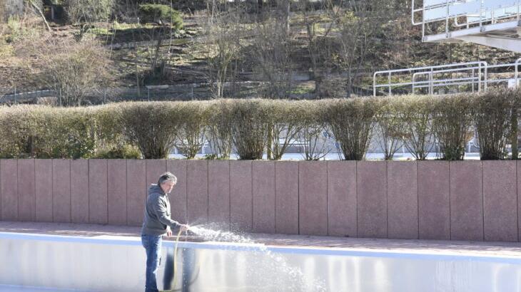 Schwimmmeister Horst Schulz reinigt schon mal die Becken im Röthenbacher Freibad. Auch wenn noch unklar ist, ob und wann die Badegäste eintreten dürfen.