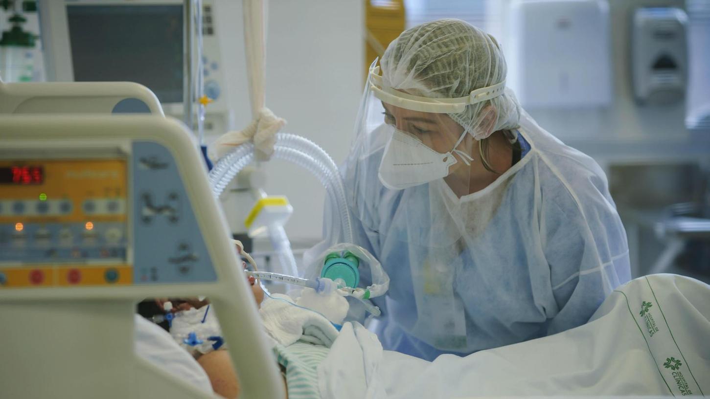 Auf den Corona-Stationen haben Pflegekräfte und medizinisches Personal seit Monaten viel zu tun, manchmal kommt es auch dort zu Ansteckungen und ein Klinikmitarbeiter wird krank (die Person hat nichts mit dem im Text geschilderten Fall zu tun).